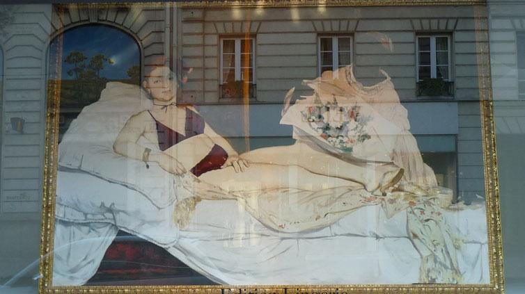 Olympia de Manet en ensemble lingerie dans les vitrines du Bon Marché