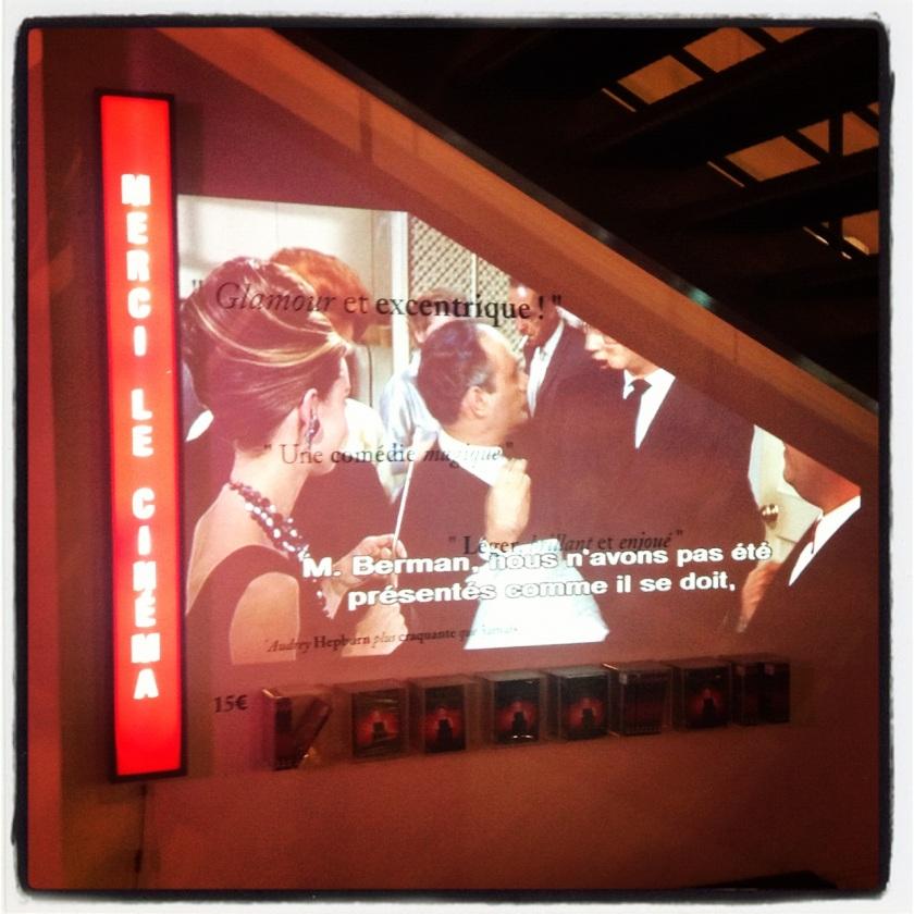 Breakfast et Merci's : Mini-salle de cinéma improvisée sous l'escalier pour diffuser le film culte.