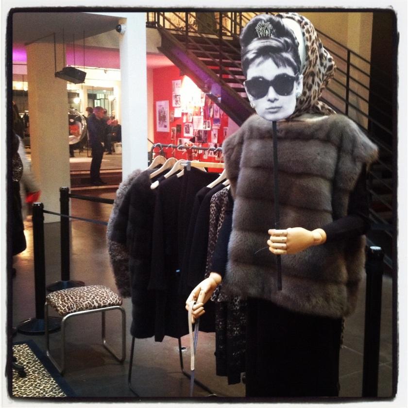 Exposition des robes d'Audrey Hepburn rééditées par Nathan au concept store Merci