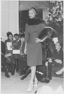 Robe de jour courte, boa de renard, haute couture Yves Saint Laurent, 1971