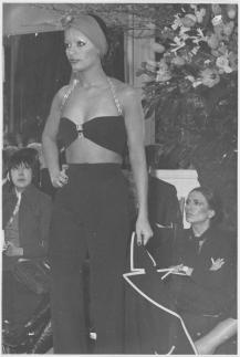 Tailleur-pantalon porté sans la veste Collection haute couture printemps-été 1971