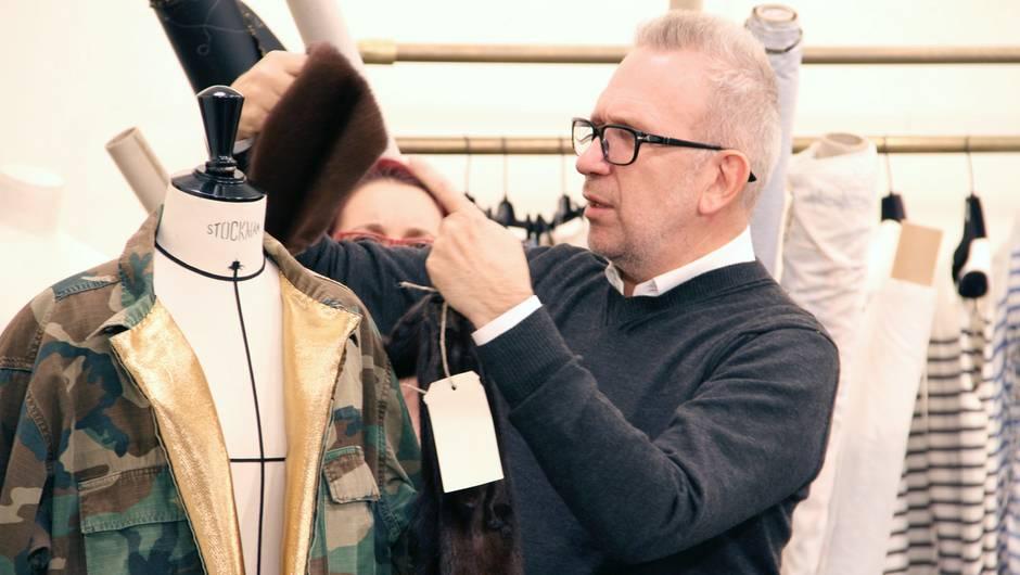 Jean-Paul Gaultier avec une veste de type camouflage