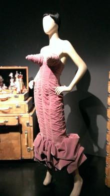 Jean Paul Gaultier Robe-bustier en velours drapé à seins coniques Collection Barbès Prêt-à-porter Femme automne-hiver 1984-1985
